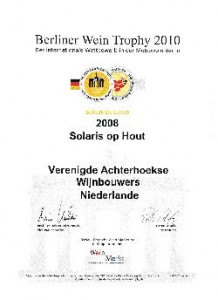 Oorkonde Gouden medaille Wijnkeuring Berlijn Solaris op hout